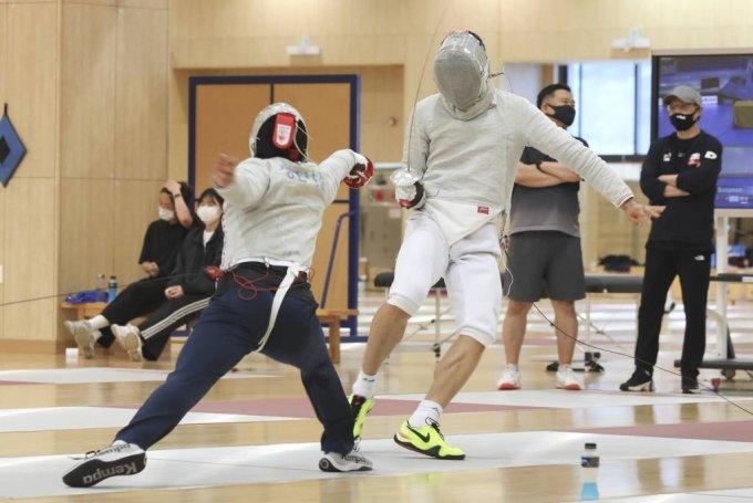 펜싱 국가대표팀 오상욱(오른쪽)이 28일 오후 충북 진천군 진천 국가대표 선수촌에서 열린 '2020 도쿄올림픽대회 미디어데이 훈련 공개'에 참석해 훈련을 하고 있다. / 사진제공=뉴시스