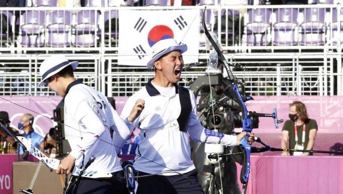 대한민국 양궁 대표팀 안산과 김제덕이 24일 오후 일본 도쿄 유메노시마 양궁장에서 열린 2020 도쿄올림픽 양궁 남녀혼성단체전에서 우승을 차지한 뒤 기뻐하고 있다. / 사진제공=뉴시스
