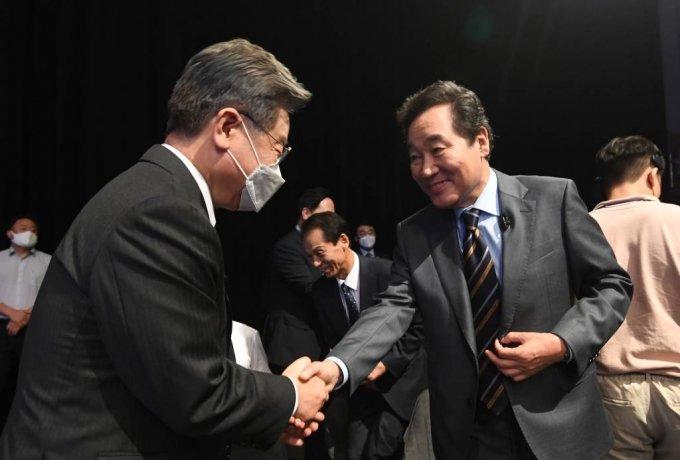 이재명(왼쪽), 이낙연 더불어민주당 대선 경선 예비후보가 이달 3일 오후 서울 여의도 KBS에서 열린 첫 합동 토론회에 참석해 인사를 하고 있다. / 사진제공=뉴시스