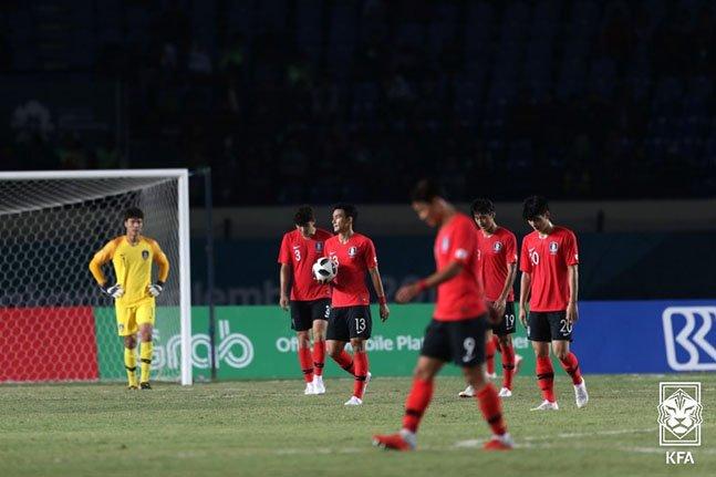 지난 2018년 아시안게임 당시 말레이시아에 패배한 뒤 아쉬워하고 있는 아시안게임 대표팀 선수들. /사진=대한축구협회