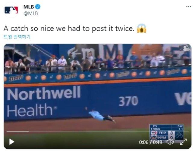 "MLB.com은 25일(한국시간) '너무 좋은 캐치라 두 번 게시해야 했다""며 놀라움을 나타냈다./사진=MLB.com 공식 SNS 캡처"