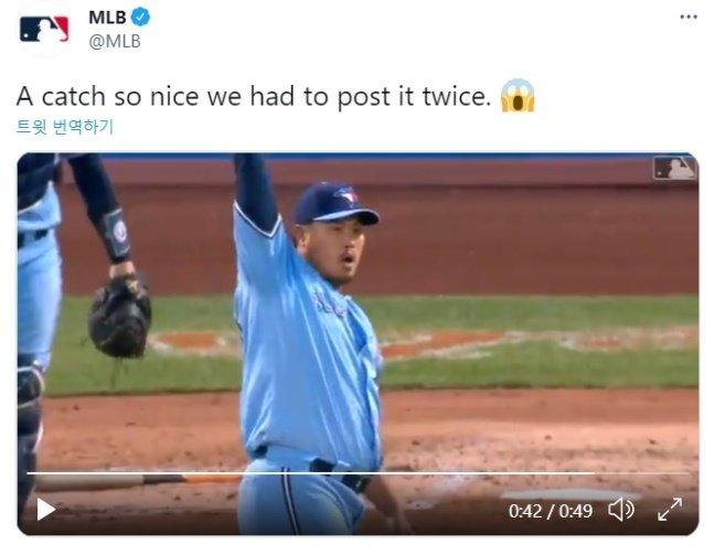 류현진도 25일(한국시간) 조지 스프링어의 수비에 두 손을 번쩍 들어 경의를 표했다./사진=MLB.com 공식 SNS 캡처