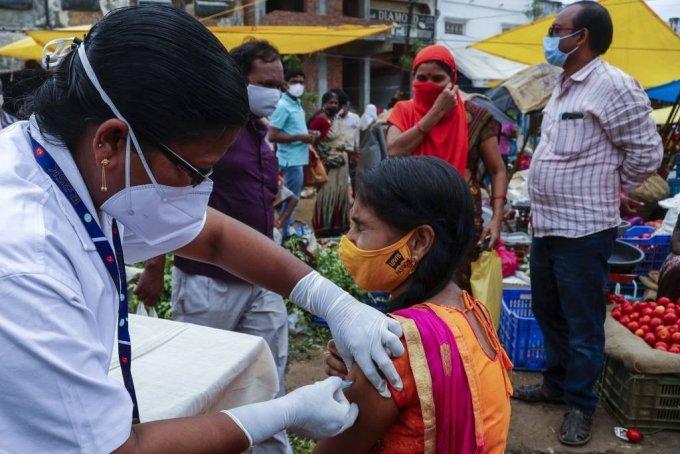 24일(현지시간) 인도 하이데라바드의 한 채소 시장에서 특별 백신 접종을 시행해 보건 요원이 상인들에게 코비실드 백신을 접종하고 있다. 2021.06.24./사진=[하이데라바드=AP/뉴시스]