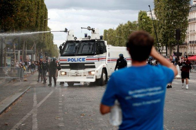 24일(현지시간) 프랑스 파리에서 경찰이 물대포를 쏘고 있다. 2021.7.24./사진=로이터통신