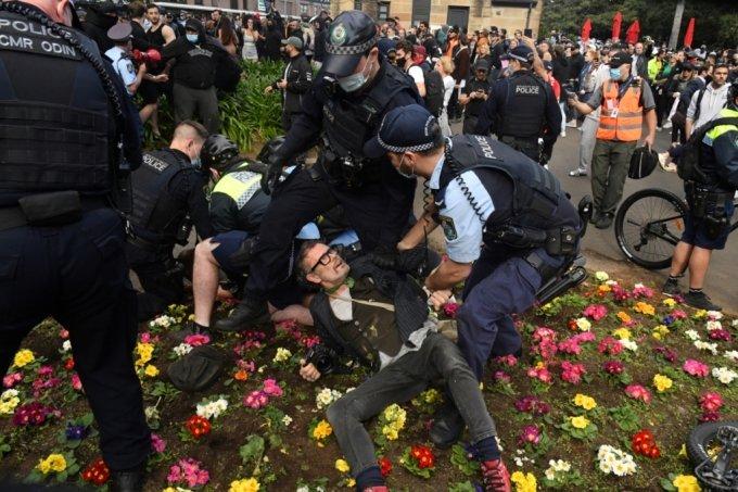 24일(현지시간) 호주 시드니에서 코로나19 봉쇄 조치에 반대하는 시위대 일부가 체포됐다. 2021.7.24./사진=로이터통신
