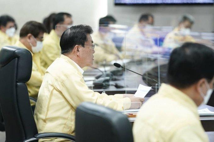 [서울=뉴시스] 문재인 대통령이 25일 국가위기관리센터에서 열린 코로나19중앙재난안전대책본부 회의를 주재하고 있다. (사진=청와대 제공) 2021.07.25. photo@newsis.com *재판매 및 DB 금지