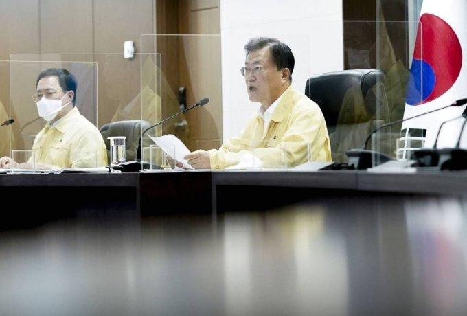 [서울=뉴시스] 문재인 대통령이 25일 국가위기관리센터에서 열린 코로나19중앙재난안전대책본부 회의를 주재하고 있다. (사진=청와대 제공) 2021.7.25. photo@newsis.com *재판매 및 DB 금지