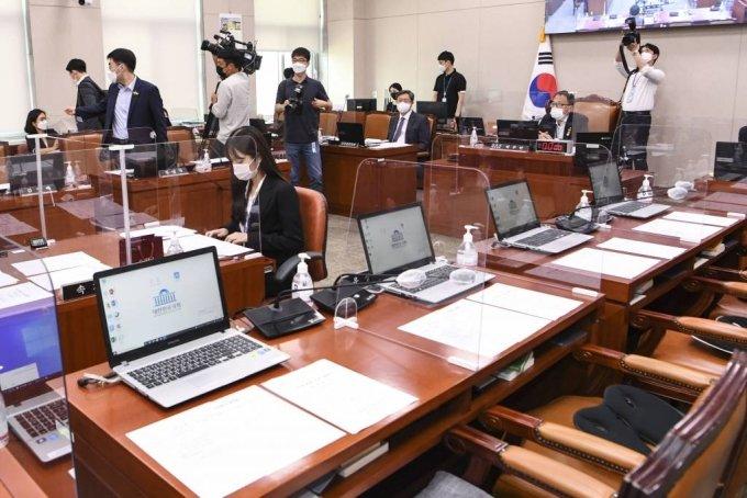 지난달 30일 서울 여의도 국회에서 열린 법사위 전체회의에 야당 의석이 비어 있다. / 사진제공=뉴시스