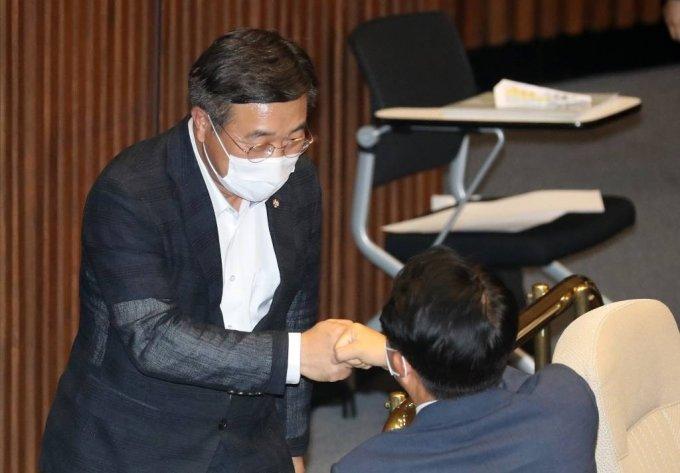 국회 운영위원장으로 선출된 윤호중 더불어민주당 의원이 23일 서울 여의도 국회에서 열린 본회의에서 동료 의원에게 축하를 받고 있다. / 사진제공=뉴시스