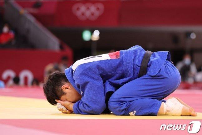 안바울이 25일 도쿄 무도관에서 열린 도쿄올림픽 유도 남자 66kg 동메달 결정전에서 이탈리아의 마누엘 롬바르도를 상대로 한판승을 거둔 후 기뻐하고 있다. /사진=뉴스1