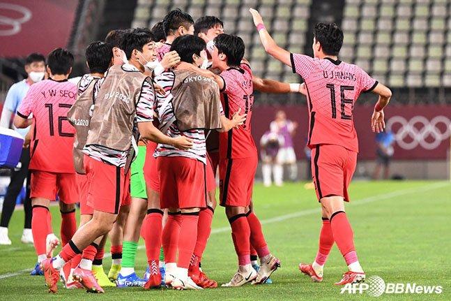 25일 일본 이바라키 가시마 스타디움에서 열린 루마니아와 남자축구 조별리그 2차전 4-0 승리 이후 기뻐하고 있는 축구대표팀 선수들. /AFPBBNews=뉴스1