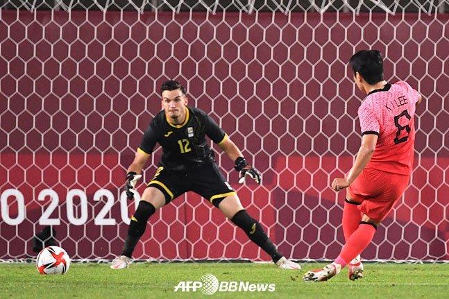 이강인(오른쪽)이 25일 일본 이바라키 가시마 스타디움에서 열린 2020 도쿄올림픽 남자축구 조별리그 2차전 루마니아전에서 후반 45분 추가골을 터뜨리는 순간. /AFPBBNews=뉴스1