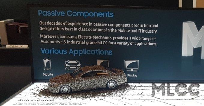 삼성전기가 전시회에서 MLCC(적층세라믹캐파시터)로 장식한 자동차 모형을 전시했다. /사진제공=삼성전기