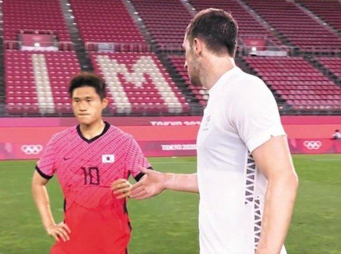 지난 22일 2020 도쿄 올림픽 뉴질랜드전을 마친 뒤 크리스 우드(오른쪽)의 악수 요청을 거절한 축구선수 이동경(왼쪽)의 모습/사진=2020 도쿄올림픽 남자축구 뉴질랜드 전 KBS 중계화면 캡처