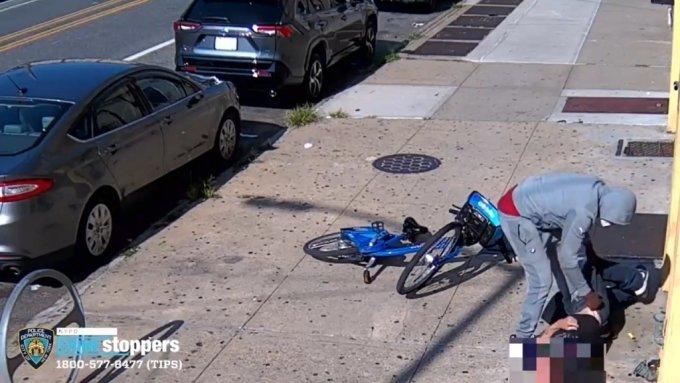 미국 뉴욕 한복판에서 60대 남성이 무차별하게 폭행당하는 사건이 발생해 경찰이 수사에 나섰다. /사진='NYPD NEWS' 트위터