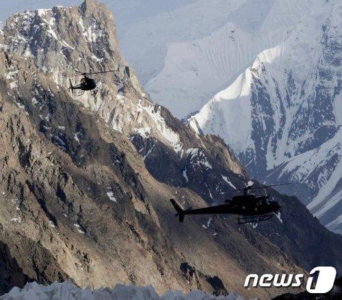 김홍빈 대장의 흔적을 찾기 위한 파키스탄 육군 항공 수색헬기 2대가 브로드피크 베이스캠프를 출발해 중국쪽 암벽으로 향하고 있다. (Oswald Rodrigo Pereira 제공. explorersweb 캡처)2021.7.25/사진제공=뉴스1