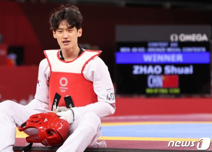 태권도 이대훈이 25일 밤 일본 지바현 마쿠하리 메세A홀에서 열린 태권도 남자 68kg급 동메달 결정전에서 중국의 자오 슈와이에 패해 아쉬워 하고 있다. 이날 동메달 결정전에서 이대훈은 13-17로 패배했다. 2021.7.25/사진=뉴스1