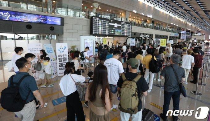 지난 18일 오전 서울 강서구 김포공항 국내선이 여행을 떠나는 시민들로 북적이고 있다 /사진=뉴스1