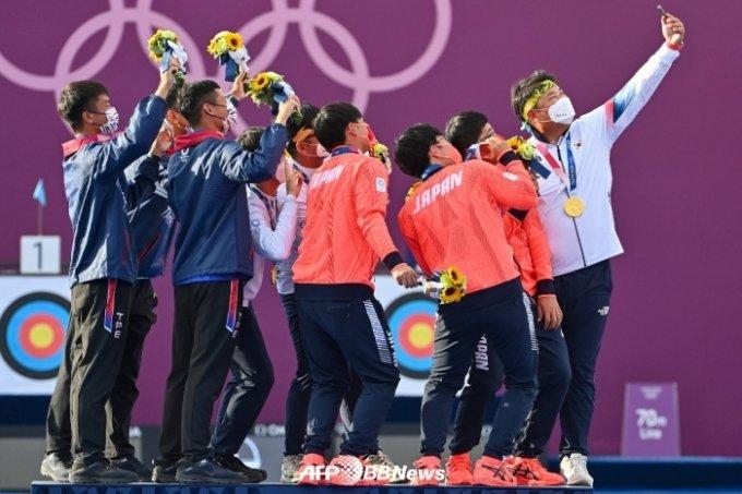 은메달을 딴 대만(왼쪽)과 일본(가운데) 선수들과 함께 단체 기념 촬영을 하고 있다. /AFPBBNews=뉴스1