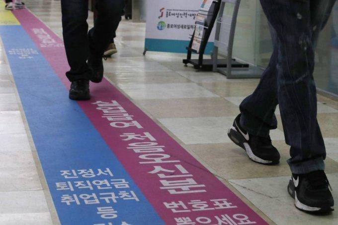 지난 3월 15일 오전 서울 중구 고용복지플러스에서 시민들이 실업급여초기상담을 받기 위해 대기하고 있다. /사진=뉴시스
