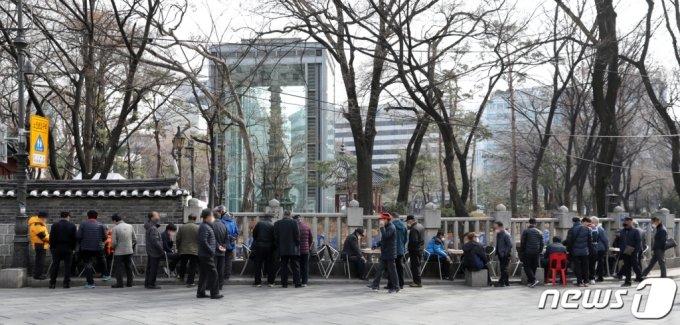 지난 3월 3일 오후 서울 종로구 탑골공원 인근에서 어르신들이 장기를 구경하고 있다. /사진=뉴스1