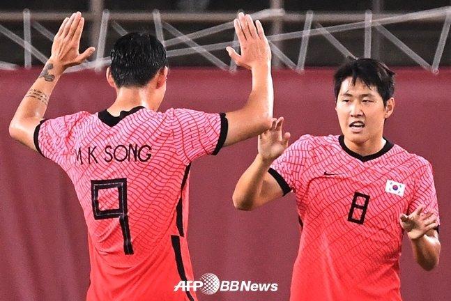 도쿄올림픽 루마니아전에서 골을 터트린 후 송민규과 기뻐하는 이강인(오른쪽)./AFPBBNews=뉴스1