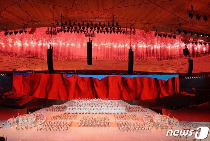 (베이징 AFP=뉴스1) 우동명 기자 = 28일(현지시간) 베이징의 국가 체육관에서 중국 공산당 창당 100주년을 축하하는 문화 공연 중 폭죽이 터지고 있다.   (C) AFP=뉴스1