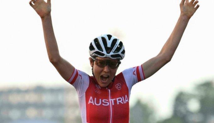 도쿄 올림픽 사이클 여자 개인도로에서 금메달을 목에 건 오스트리아의 안나 키젠호퍼. /사진=AFP/뉴시스