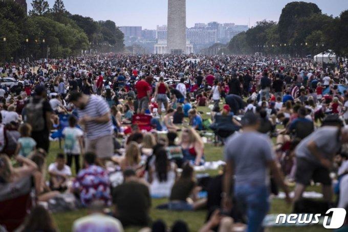 4일(현지시간) '미국에 대한 경례'로 이름 붙여진 독립기념일을 맞아 워싱턴 내셔널 몰에 시민들이 몰려있다. 2021.7.5./AFP=뉴스1