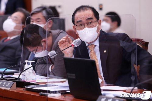 (서울=뉴스1) 오대일 기자 = 20일 오전 서울 여의도 국회 외교통일위원회에서 열린 후쿠시마 오염수 방출과 관련한 국회 긴급현안보고에서 태영호 국민의힘 의원이 질의하고 있다. 2021.4.20/뉴스1