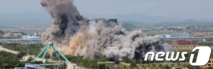 (평양 노동신문=뉴스1) = 북한 노동당 기관지 노동신문은 2020년 6월 17일 2면에 개성의 남북 공동연락사무소 폭파 현장을 공개했다.