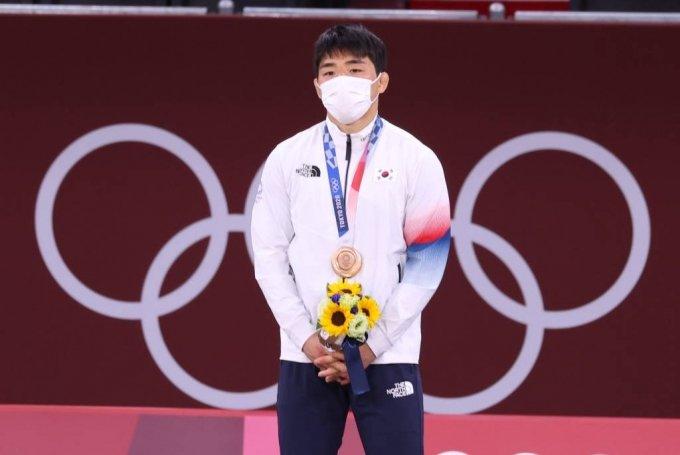 [도쿄(일본)=뉴시스] 최진석 기자 = 안창림이 26일 오후 도쿄 일본무도관에서 열린 2020 도쿄올림픽 유도 남자 73kg급 시상식에서 동메달을 목에 걸고 있다. 2021.07.26. myjs@newsis.com