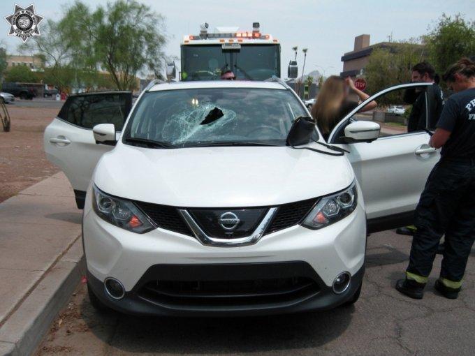 미국의 한 고속도로에서 트럭에 실린 적재물이 떨어져 뒤따라오던 차량의 앞 유리창을 뚫는 아찔한 사고가 발생했다. /사진=애리조나 공공안전부 페이스북 캡처
