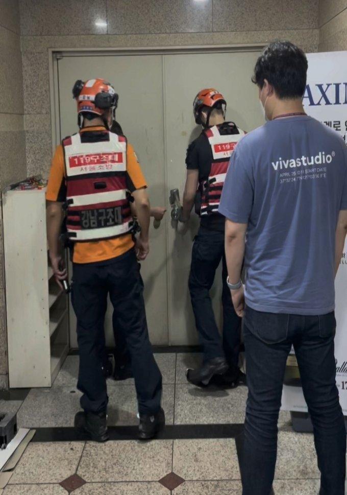 지난 20일 소방 인력이 서울 강남의 한 유흥주점 문을 강제 개방하고 있다 /사진=강남경찰서 제공