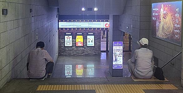 지하철역 계단에 2~3명씩, 폭염 피하는 어르신들