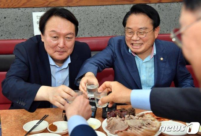 (부산=뉴스1) 부산사진공동취재단 = 야권 대권주자인 윤석열 전 검찰총장이 27일 부산 서구의 한 식당을 방문, 지역 국회의원들과 함께 식사하면서 건배하고 있다. 2021.7.27/뉴스1