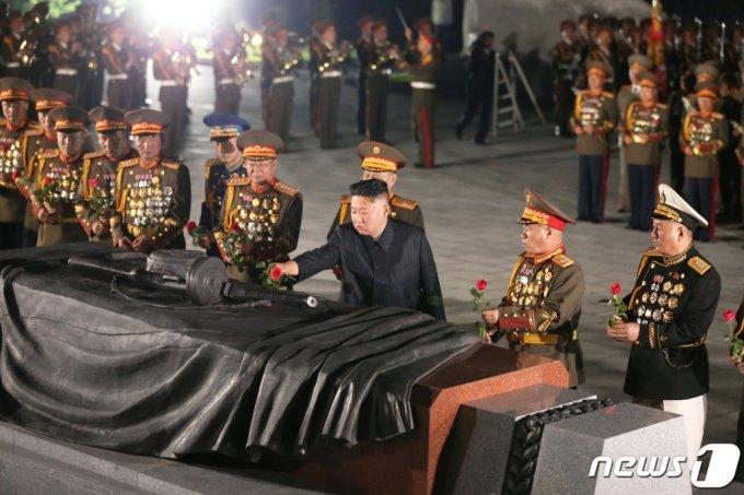 (평양 노동신문=뉴스1) = 김정은 북한 노동당 총비서가 '전승절'로 기념하는 정전협정 체결 68주년을 맞아 6·25 전쟁 전사자 묘역인 '조국해방전쟁 참전열사묘'를 참배했다고 당 기관지 노동신문이 27일 보도했다. 참배에는 박정천 군 총참모장, 권영진 군 총정치국장 등 군 지휘관들이 함께했다.    [국내에서만 사용가능. 재배포 금지. DB 금지. For Use Only in the Republic of Korea. Redistribution Prohibited]  rodongphoto@news1.kr