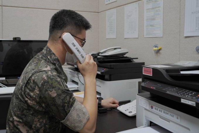 [서울=뉴시스] 남북 통신 연락선이 복원된 27일 군 장병이 서해지구 군 통신선 시험통신을 하고 있다. (사진=국방부 제공) 2021.07.27. photo@newsis.com *재판매 및 DB 금지