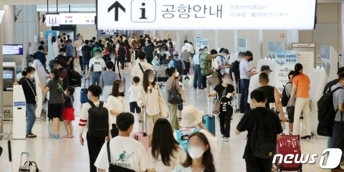 지난 26일 서울 강서구 김포공항 국내선 탑승 수속대에 여행을 떠나는 시민들로 북적이고 있다./사진=뉴스1