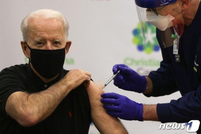 (AFP=뉴스1) 이동원 기자 = 조 바이든 미국 대통령 당선인이 두 번에 걸친 신종 코로나바이러스 감염증(코로나19) 백신 접종을 마쳤다.  바이든 당선인은 11일(현지시간) 오후 델라웨어주의 한 병원에서 공개적으로 미 제약회사 화이자의 코로나19 백신 2차 접종을 했다.  지난달 21일 1차 접종을 한 데 이어 2차 접종까지 마친 것이다. 화이자 백신은 2차례 맞아야 한다.  (C) AFP=뉴스1