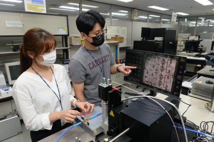ETRI 연구진이 질화갈륨 반도체 전력증폭기 MMIC 칩의 신호특성시험을 수행하고 있다. /사진=ETRI