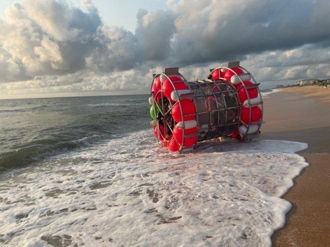 거대 쳇바퀴 모양의 기구를 이용해 바다 위 횡단을 시도하는 남성의 사연이 화제다. /사진='FlaglerSheriff' 트위터