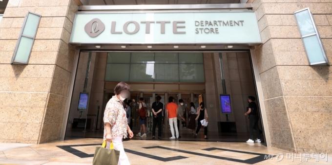 [사진]출입명부작성 시험운영하는 백화점