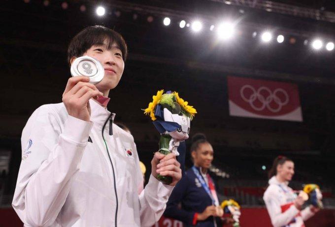 [지바(일본)=뉴시스] 최진석 기자 = 이다빈이 27일 일본 지바 마쿠하리 메세 A홀에서 열린 도쿄올림픽 여자 태권도 67kg 초과급 시상식에서 은메달을 목에걸고 포즈를 취하고 있다. 2021.07.27. myjs@newsis.com