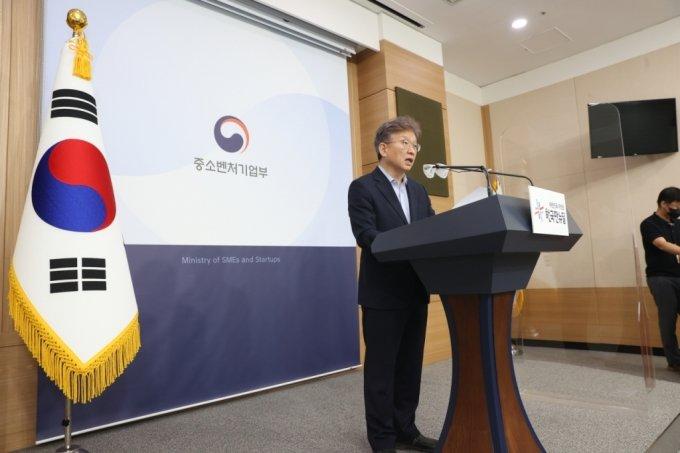 권칠승 중소벤처기업부 장관이 28일 서울청사 별관에서 '2021년 상반기 벤처투자 및 펀드결성 동향' 브리핑을 하고있다.