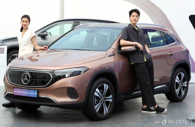메르세데스-벤츠 코리아가 10일 오전 서울 마포구 문화비축기지에서 열린 '서울 스마트 모빌리티 엑스포'에서 콤팩트 순수 전기차 '더 뉴 EQA'를 선보이고 있다. '더 뉴 EQA'는 드라이빙 어시스턴스 패키지와 공기 청정 패키지를 기본 사양으로 탑재했으며, 내달 공식 출시되는 '더 뉴 EQA 250'는 부가세 포함 5990만원이다. /사진=이기범 기자 leekb@