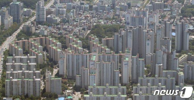 (서울=뉴스1) 임세영 기자 = 26일 KB국민은행 리브부동산에 따르면 7월 서울 아파트 평균 매매가격은 11억5751만원으로 6월보다 1468만원 오른 수준이다. 권역별로 강북 지역(한강 이북 14개구)은 9억1460만원, 강남권(한강 이남 11개구)은 13억7101만원으로 집계됐다. 두 권역은 1개월 전보다 각각 1170만원, 1730만원 상승했다. 사진은 이날 서울 송파구 롯데월드타워 서울스카이에서 바라본 서울 시내 아파트 단지 모습. 2021.7.26/뉴스1