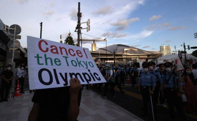 [도쿄(일본)=뉴시스] 이영환 기자 =도쿄올림픽 개회식을 앞둔 23일 오후(현지시간) 일본 도쿄올림픽스타디움(신국립경기)장 인근에서 일본인들이 개최 중단을 촉구하고 있다. 2021.07.23. 20hwan@newsis.com