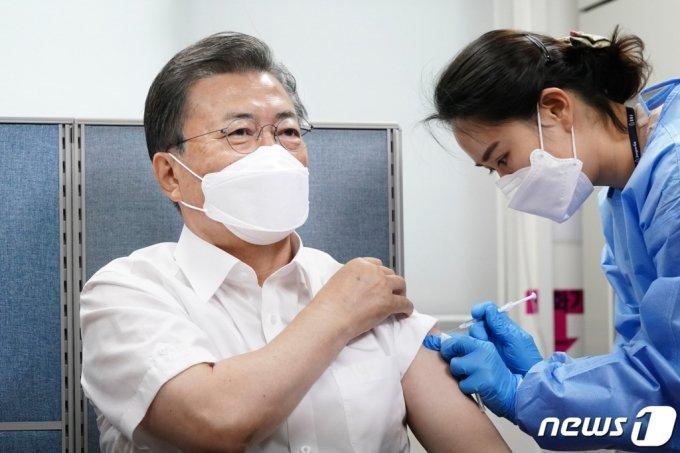 (서울=뉴스1) 유승관 기자 = 문재인 대통령이 23일 서울 종로구보건소에서 신종 코로나바이러스 감염증(코로나19) 예방을 위한 아스트라제네카(AZ)사의 백신을 맞고 있다. 2021.3.23/뉴스1