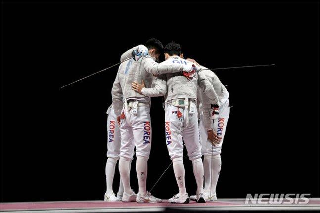 대한민국 펜싱 대표팀이 28일 오후 일본 지바 마쿠하리 메세 B홀에서 열린 도쿄올림픽 펜싱 남자 사브르 단체 결승전 이탈리아와의 경기에 앞서 파이팅하고 있다. /사진=뉴시스